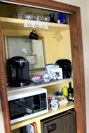Country View Estate B&B: A well-appointed cubby with coffee and tea.