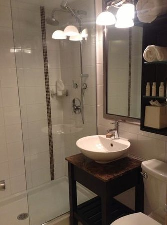 Crest Hotel: Modern bathroom with amenities.