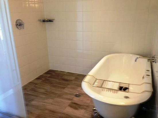 Kimpton Lorien Hotel & Spa : Big claw-foot soaking tub and separate shower