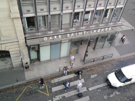 Austin's Saint Lazare Hotel: Vista da janela do quarto. Gare Saint Lazare