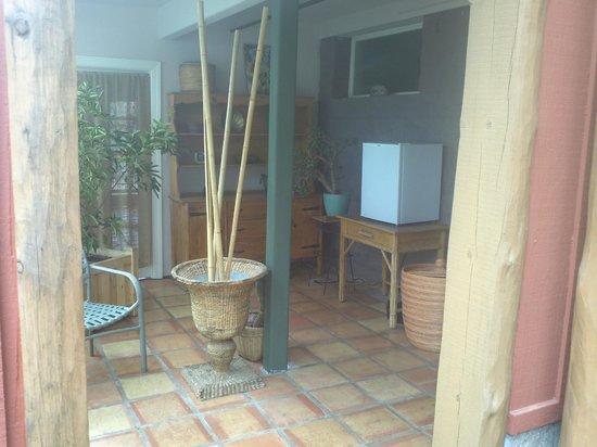 Eden Vale Inn: Sitting area with mini-fridge