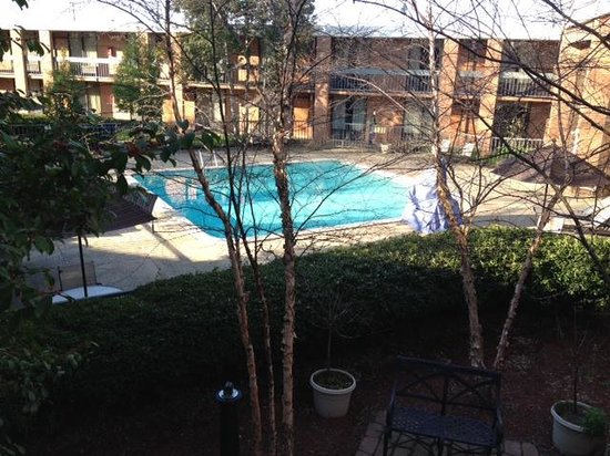 Quality Inn Exit 4: The view of the outdoor pool from our room.