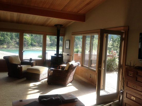 Tu Tu Tun Lodge: Wonderful living space, lots of windows and nice river view