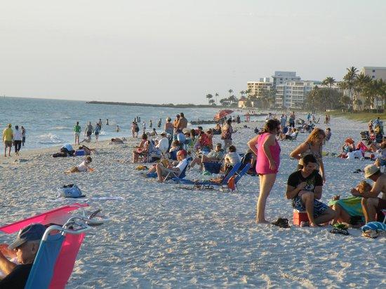 Lowdermilk Beach: plenty of people waiting for the sunset