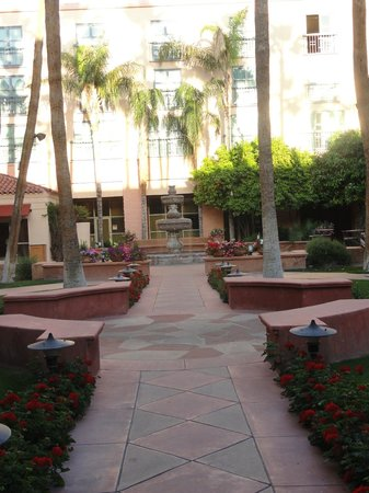 Tempe Mission Palms Hotel and Conference Center: Fountain in the courtyard.