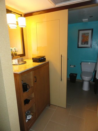 Tempe Mission Palms Hotel and Conference Center: Bathroom and dressing area.  Could have used an extra mirror with nearby outlet.