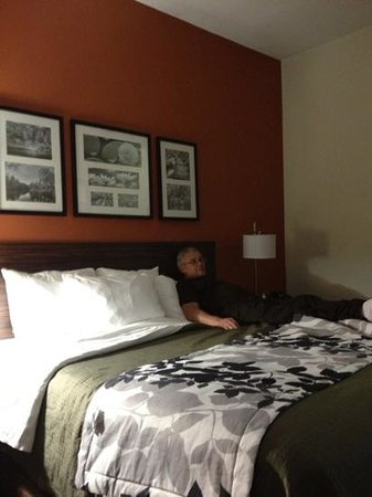 Sleep Inn & Suites Oak Grove: relaxing on an excellently appointed room.