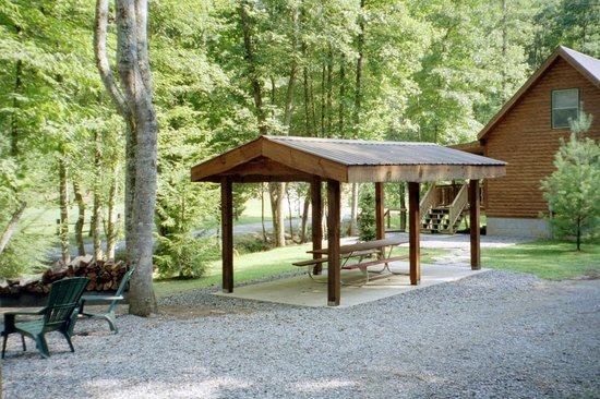 Lands Creek Log Cabins: Covered eating area