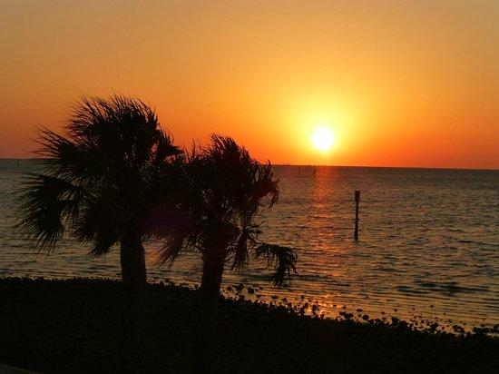 Hudson Dockside Inn: Sunset @ Hudson Beach, FL