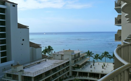Outrigger Reef Waikiki Beach Resort: View from balcony of the ocean