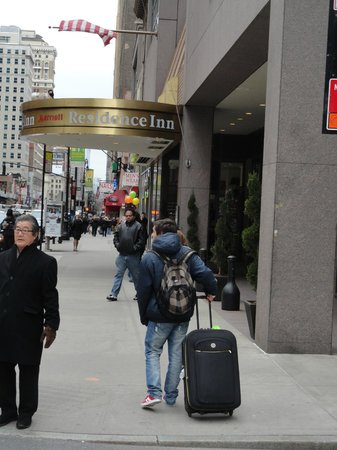 Residence Inn New York Manhattan/Times Square: Llegando al Hotel