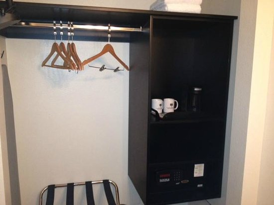 Lemon Tree Inn: Closet area