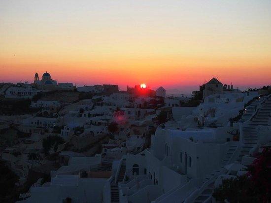 Gabbiano Apartments: sunset of Oia