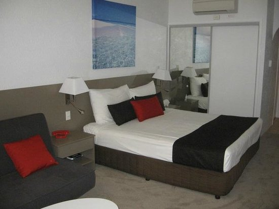 By The Sea Port Douglas: Chambre confo... air climatisé bruyant