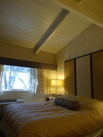 BEST WESTERN Corte Madera Inn: Bed and vaulted ceilings