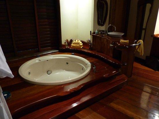 سيكريت أون ذا ليك: Very big bath/spa