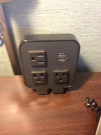 Hampton Inn & Suites Fort Belvoir Alexandria South: On the bedside table. 3 plug ins and 2 USB ports to charge your gadgets!
