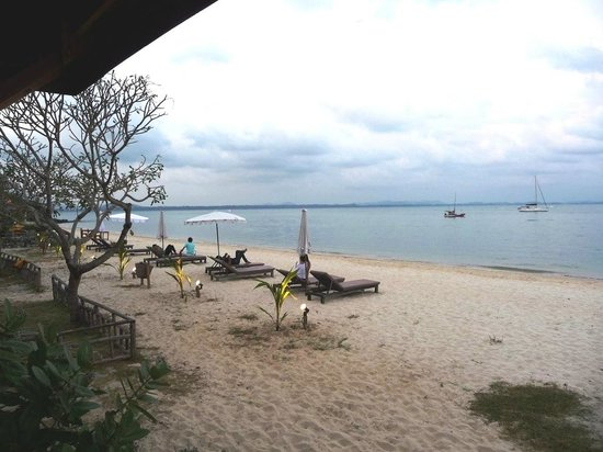 Mooban Talay Resort : White sand beach in front of the resort