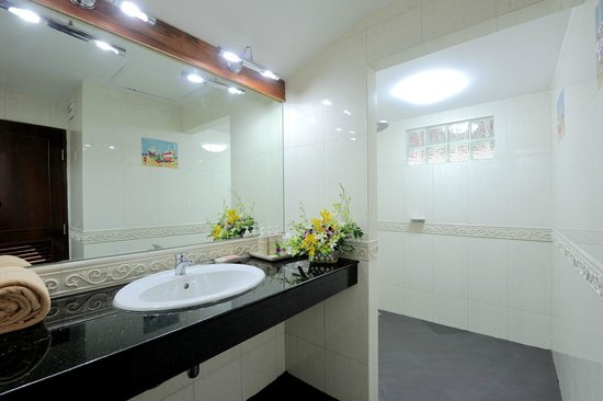 Tropica Resort and Restaurant: Bathroom superior bungalow