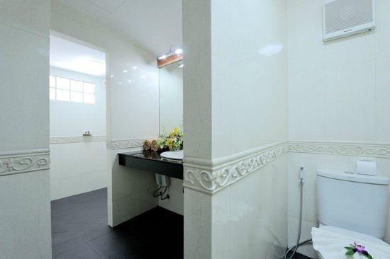 Tropica Resort and Restaurant: Bathroom superior bungalow