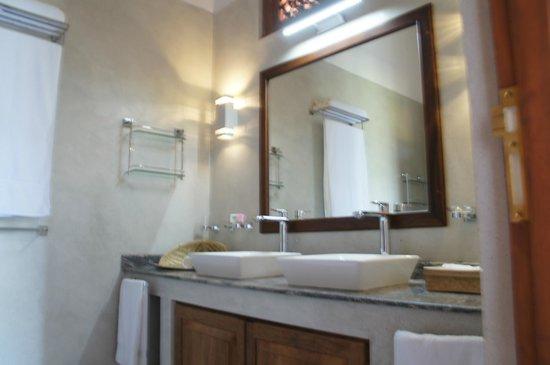 Niyagama House: Sapphire Suite Bathroom