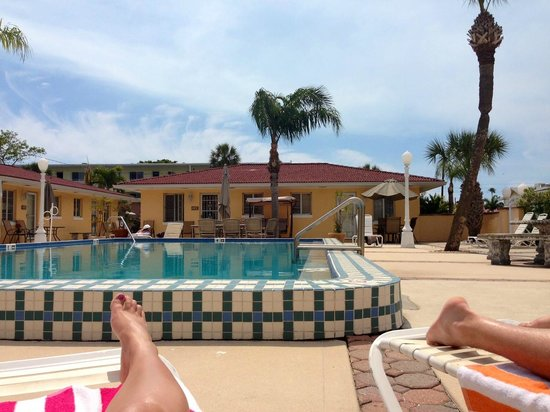 Gulf Tides Inn : Laying by the pool
