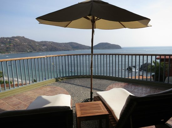 Embarc Zihuatanejo: Oversized balcony with unobstructed view of the bay