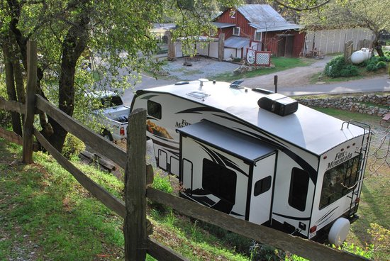 49er RV Ranch: campsite and barn....