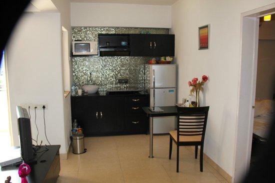 Royal Orchid Golden Suites: Kitchen area