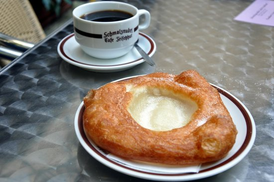 Schmalznudel - Cafe Frischhut: Schmalznudel