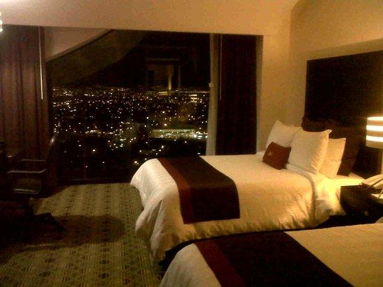 Crowne Plaza Queretaro Diamante: La  vista  nocturna  desde la  habitacion.