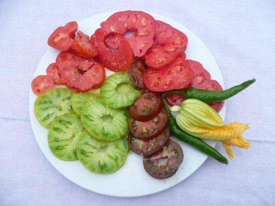 Auberge Cavaliere : Une assiette des variétés de tomates de notre jardin