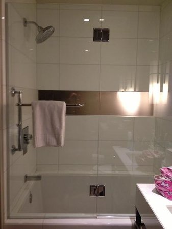Kimpton Hotel Wilshire: shower and deep bath
