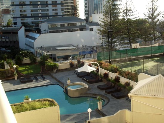 Hotel Grand Chancellor Surfers Paradise: View from Balcony overlooking pool and jacuzzi