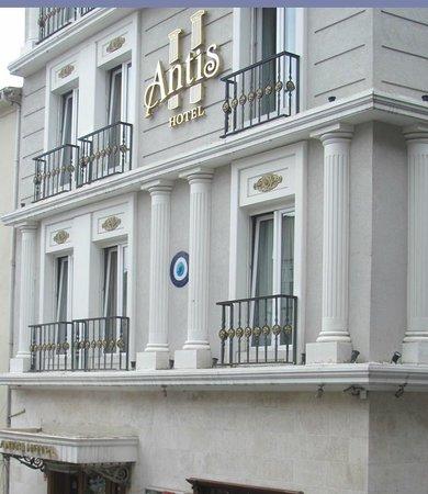L'ingresso dell'Antis Hotel