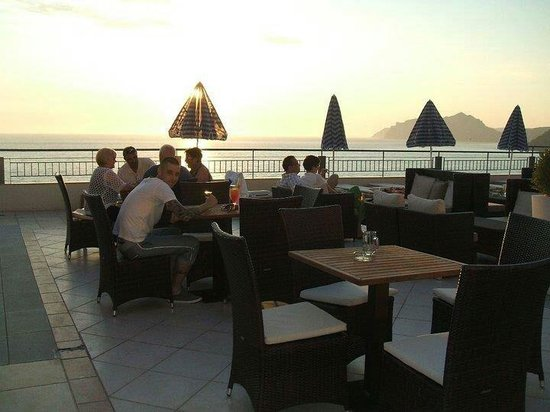 Mayor La Grotta Verde Grand Resort: sunset at outside bar on the roof