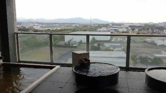 Candeo Hotels Shizuoka Shimada : 露天風呂1 気象条件が整えば、丸い湯船の上位に富士山が見えます。