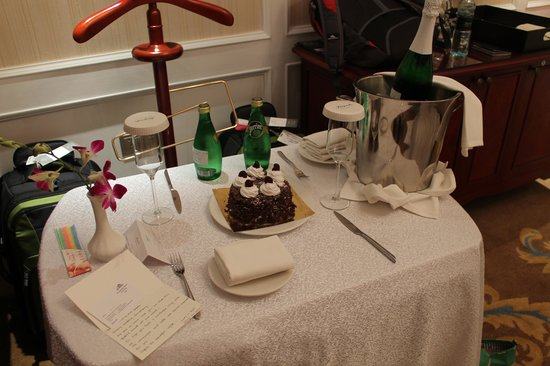 Kempinski Hotel Guiyang : Cake, card and champagne for our engagement. Wow!