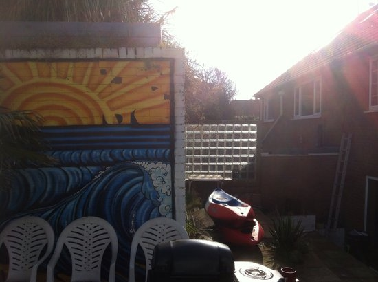 Harbourside House Surf Lodge: Sunshine over the fire pit & BBQ