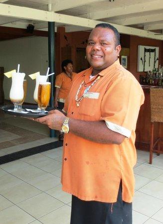 Tanoa International Hotel: Cheerful Fijian bar staff
