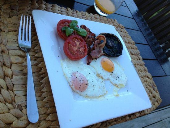 Iluka Bed and Breakfast : Bacon N Egg Breakfast with sunny side eggs