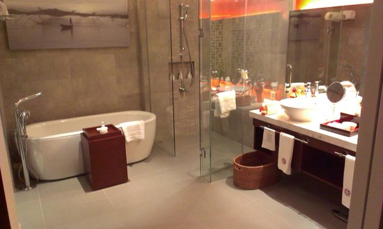 Angsana Lang Co: the cavernous bathroom