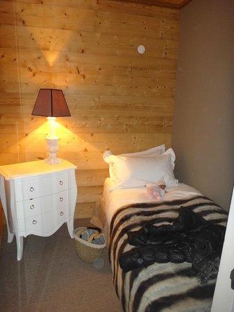 Hotel Le Chalet Blanc : coin nuit enfant