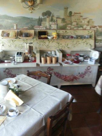 Villa Maria B&B: Particolare del mobile in cui viene servita la colazione