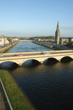 Бэллина, Ирландия: River Moy, St Muredach's Cathedral & the Two Bridges into Ballina