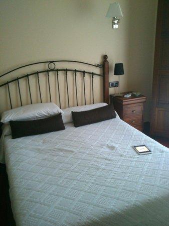 Hotel Puerta del Oriente: cama principal