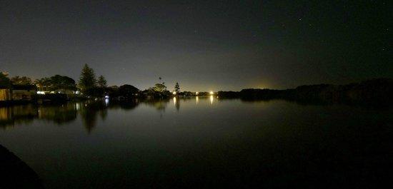 Black Swan Waterfront Motel: Night view of the lake