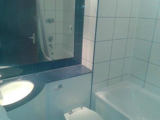 Premier Inn Warrington (M6/J21) Hotel: Bathroom