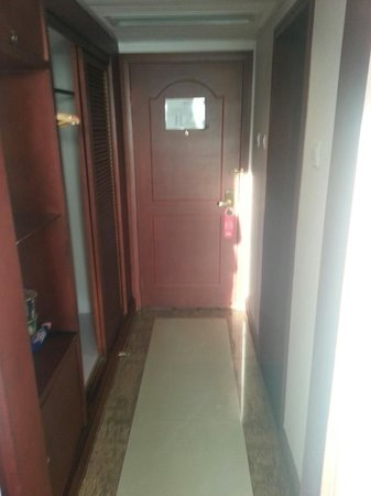 City Line Hotel (Harmony) : Front door and closet