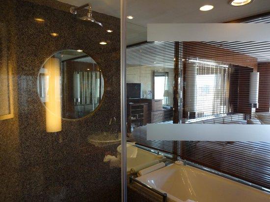 Beijing International Hotel: Bathroom View into Bedroom